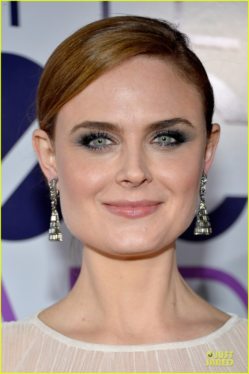emily deschanel peoples choice awards 2014 red carpet 10