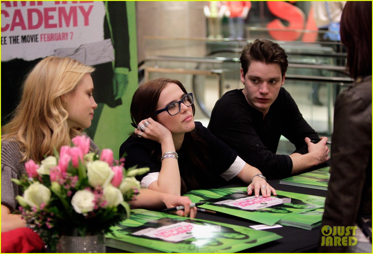 zoey deutch lucy fry vampire academy houston signing 08