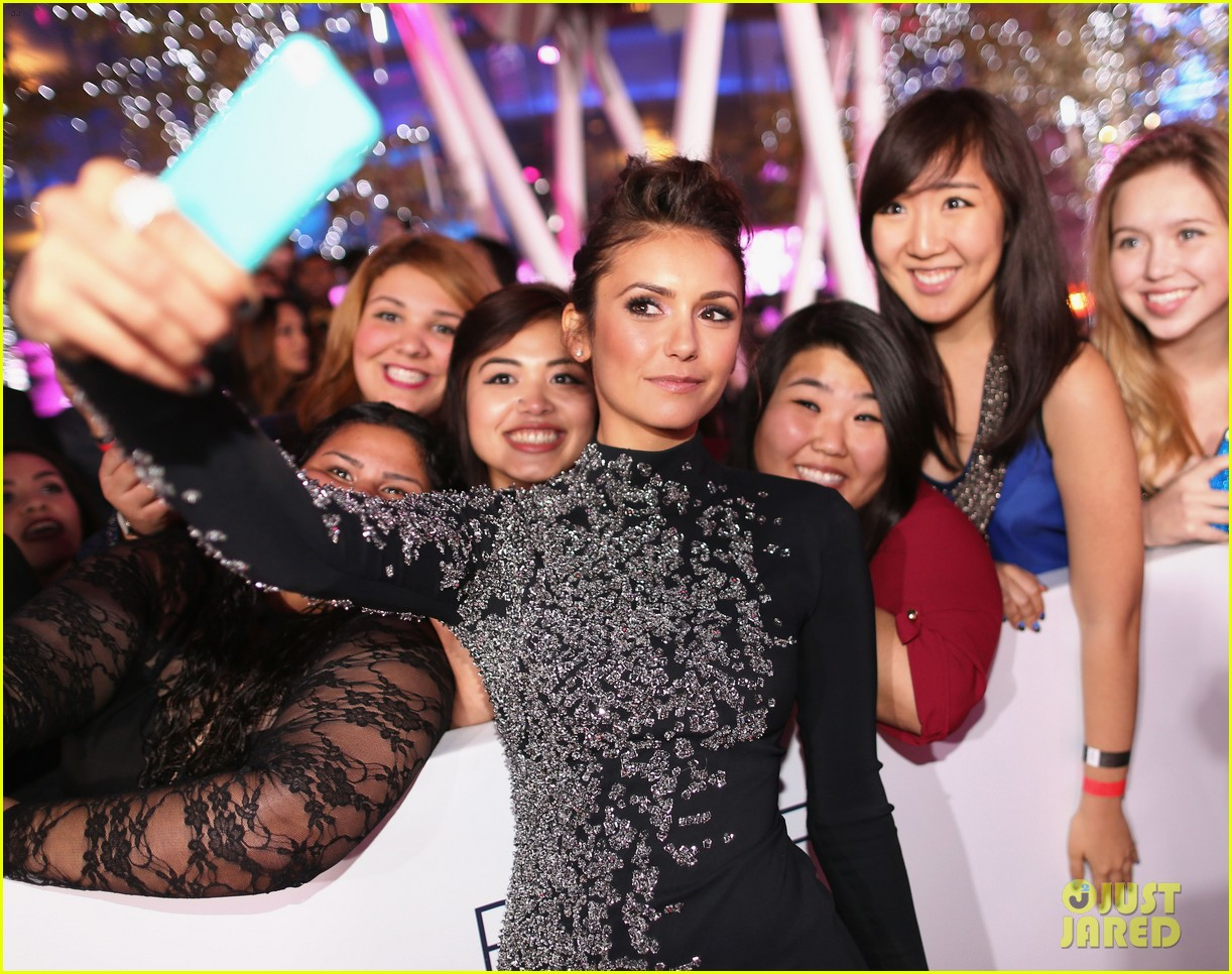 nina dobrev peoples choice awards 2014 red carpet 10