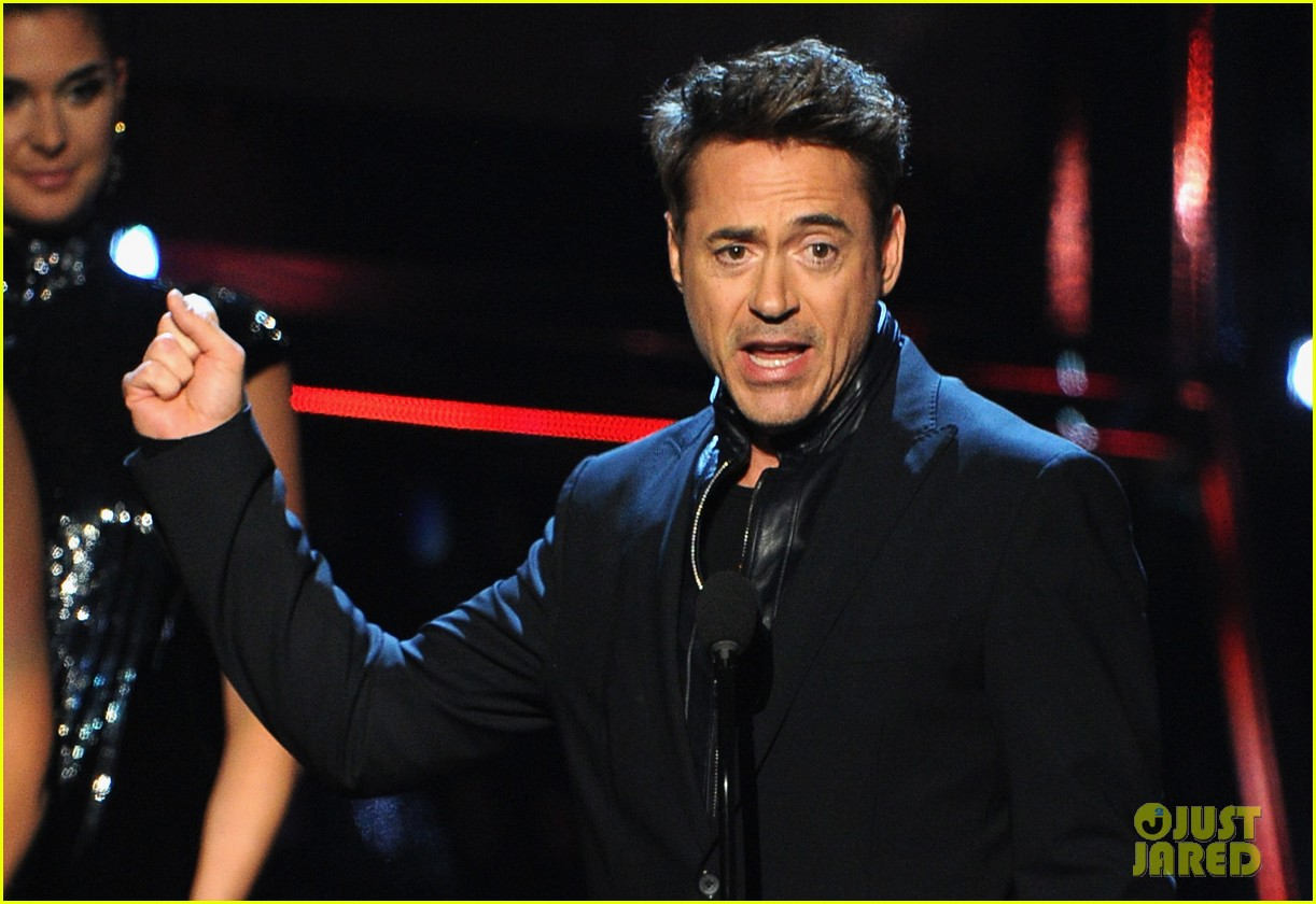 robert downey jr wins favorite action movie star at pcas 09