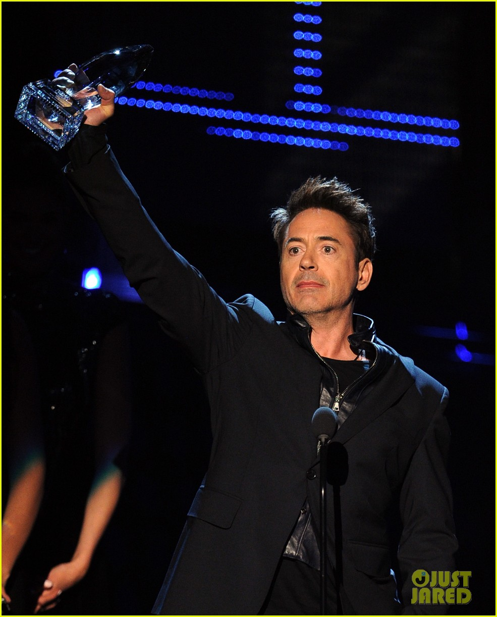 robert downey jr wins favorite action movie star at pcas 103025902