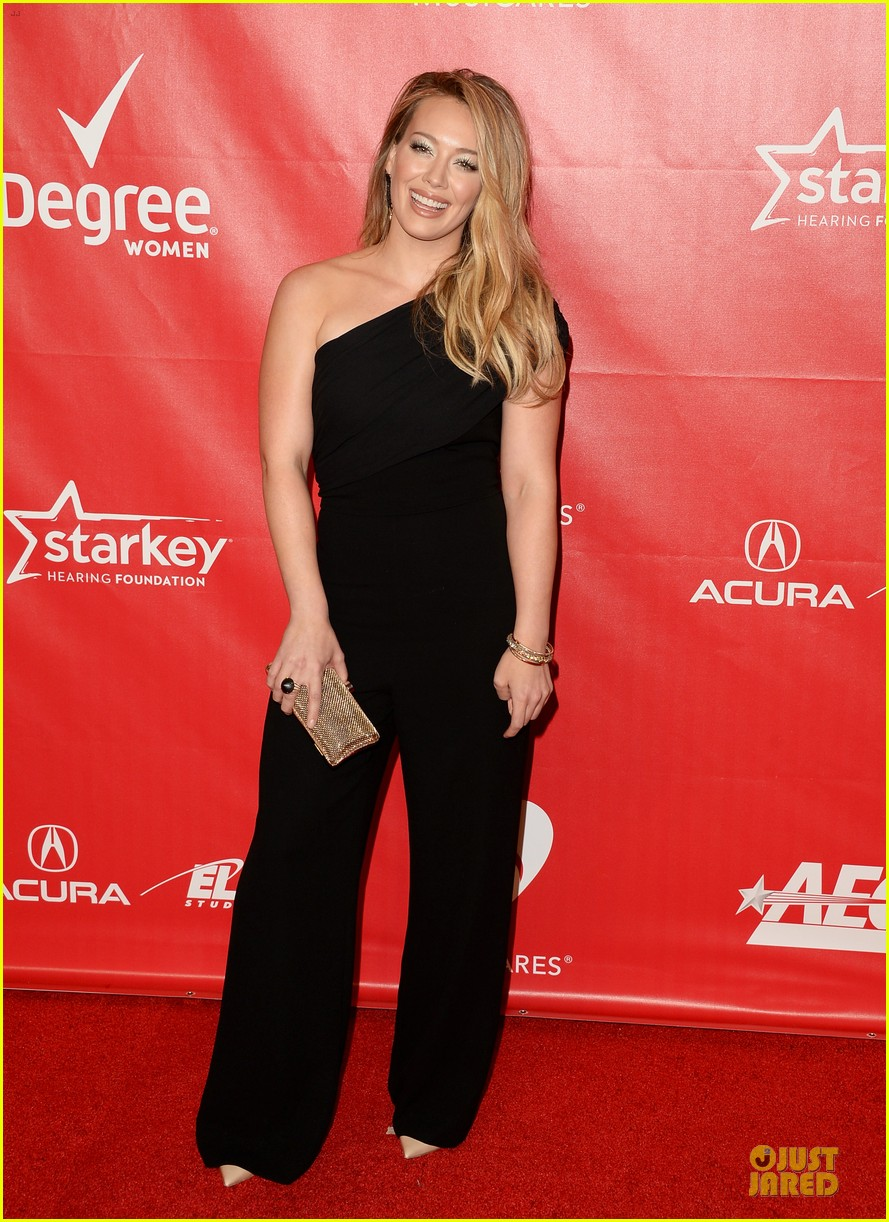 hilary duff shoulders musicares gala 2014 09