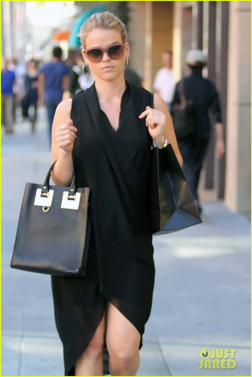 alice eve stylish for manicure trip in la 11