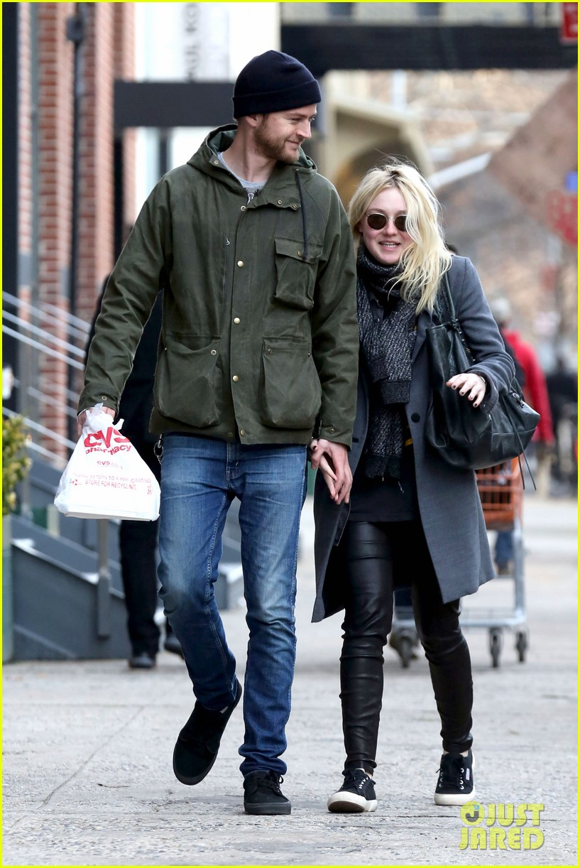 dakota fanning jamie strachan romantic big apple stroll 043032119