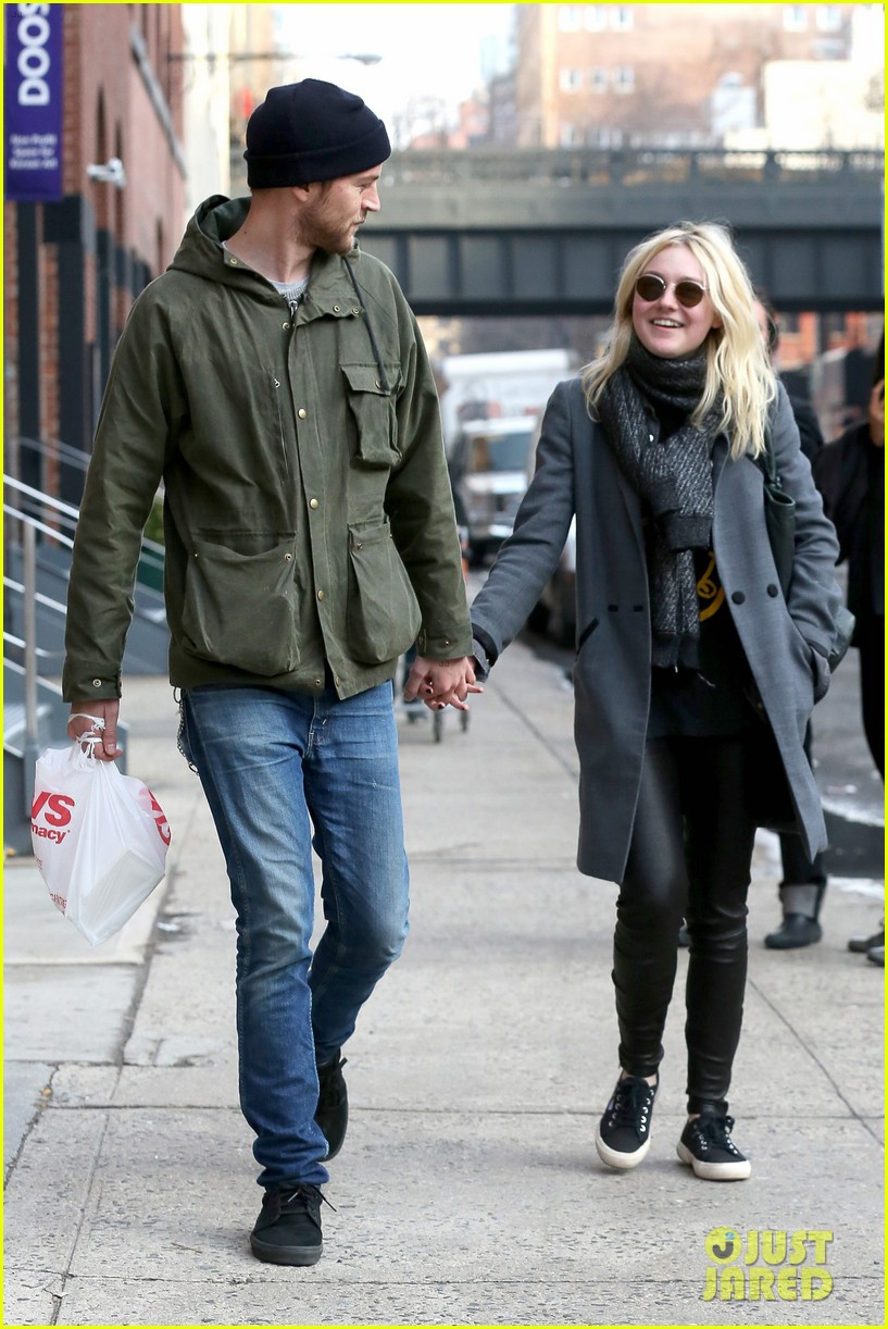 dakota fanning jamie strachan romantic big apple stroll 05