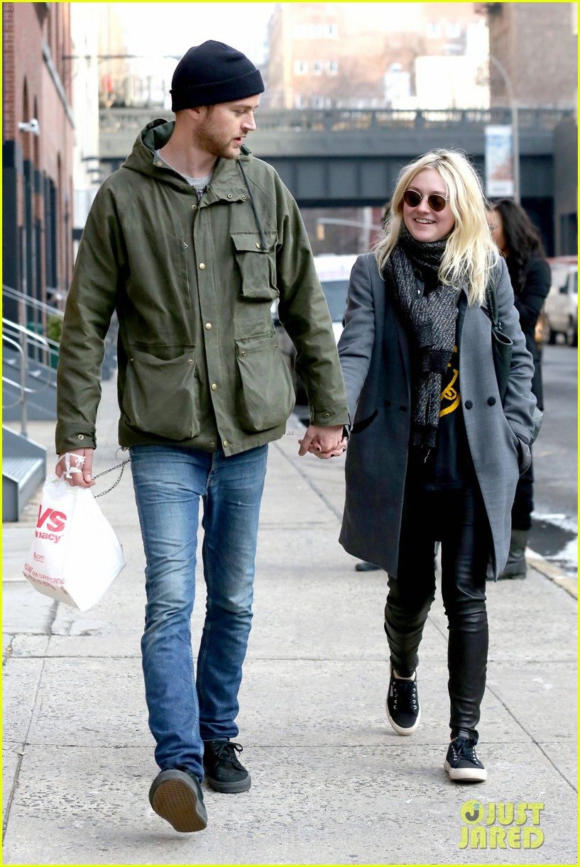 dakota fanning jamie strachan romantic big apple stroll 15