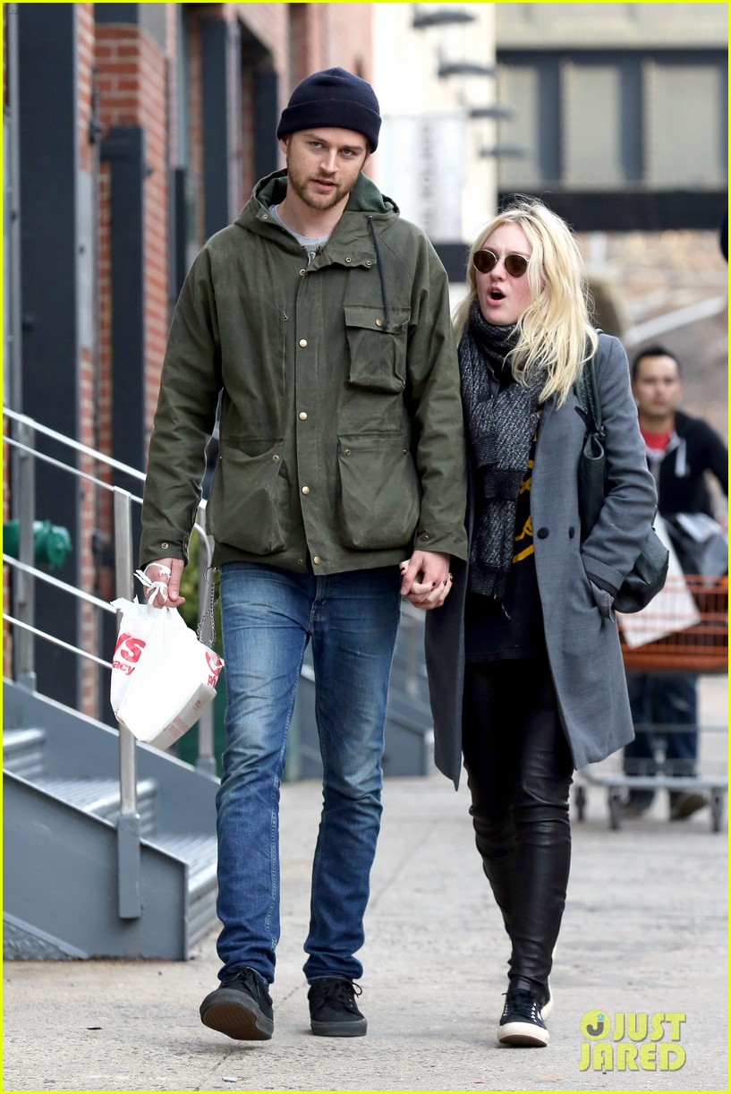dakota fanning jamie strachan romantic big apple stroll 203032135