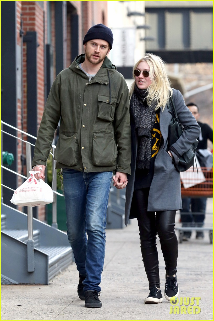 dakota fanning jamie strachan romantic big apple stroll 21