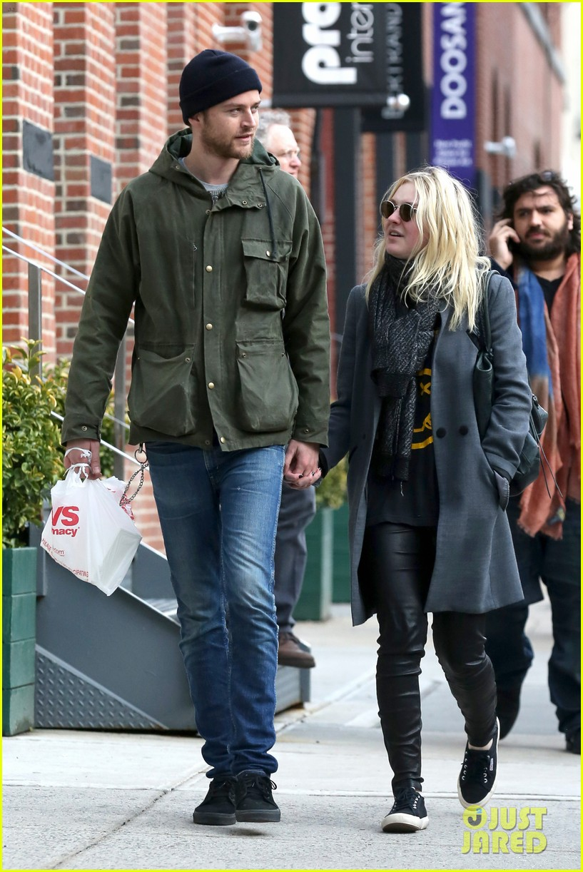 dakota fanning jamie strachan romantic big apple stroll 25
