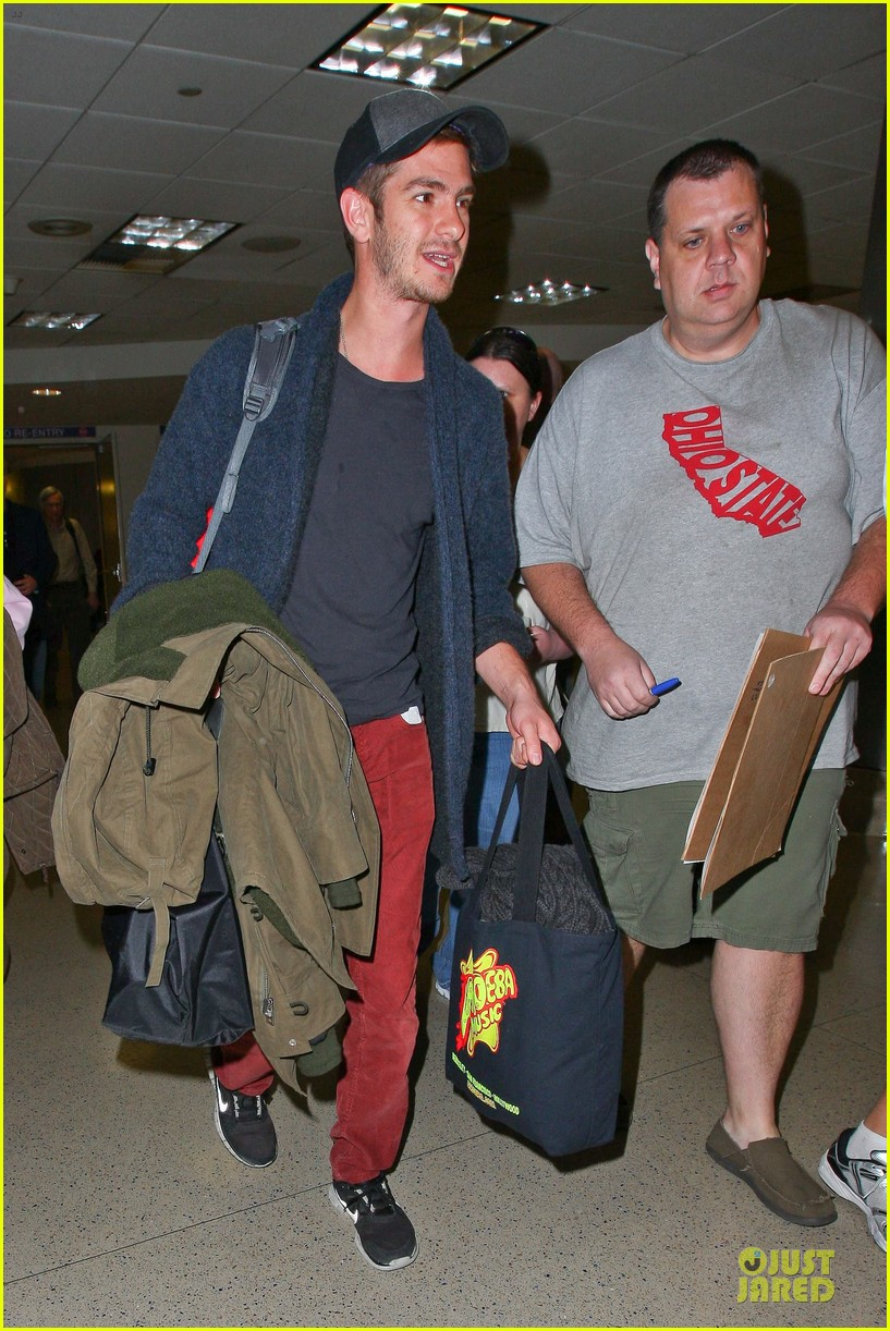 andrew garfield poses with spiderman fan at lax airport 01
