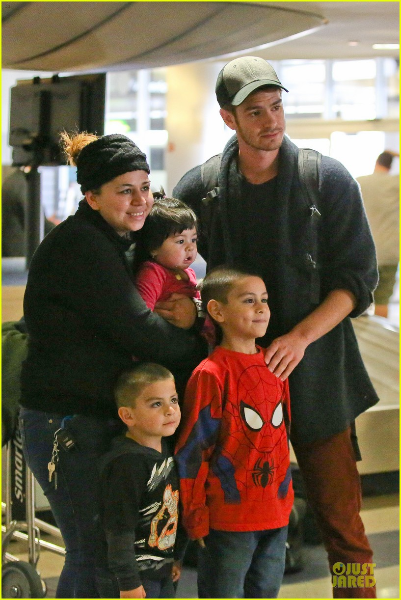 andrew garfield poses with spiderman fan at lax airport 02