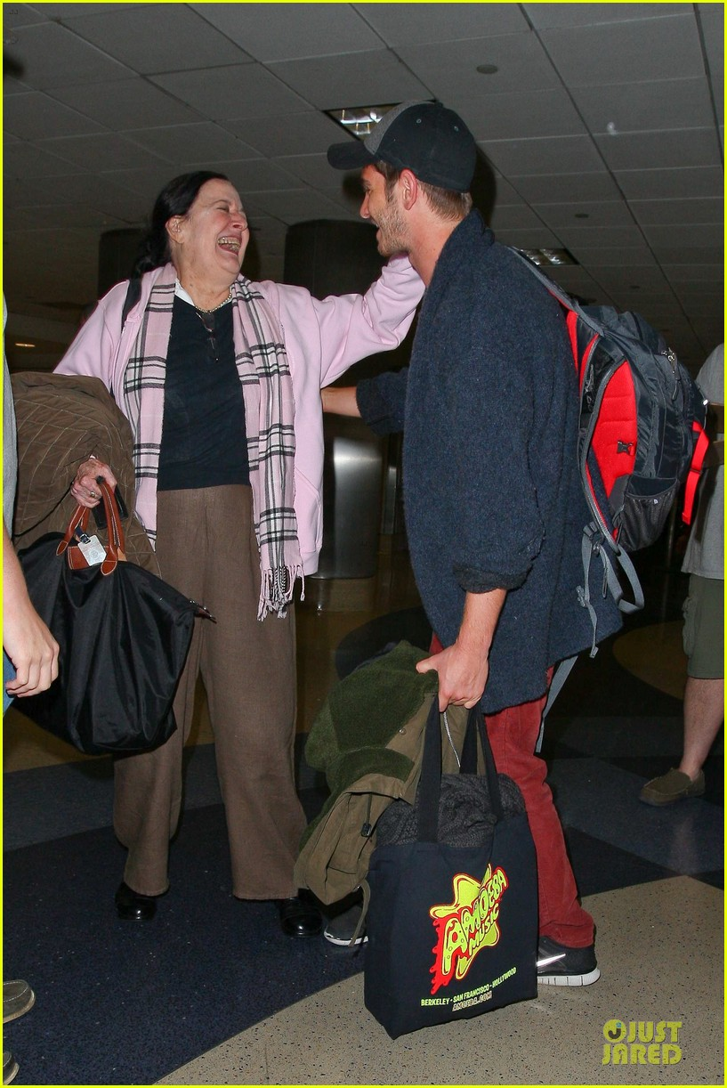 andrew garfield poses with spiderman fan at lax airport 14