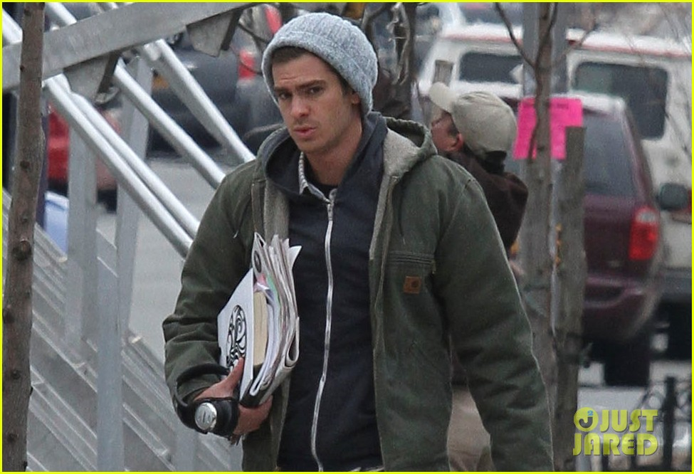 andrew garfield shoots reshoots for amazing spider man 2 01