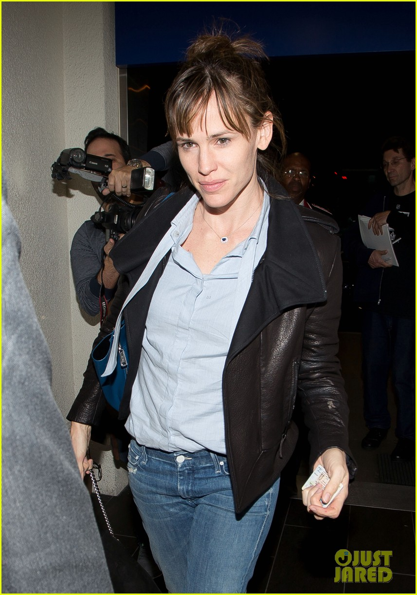jennifer garner flies out of lax before sag awards 013031874