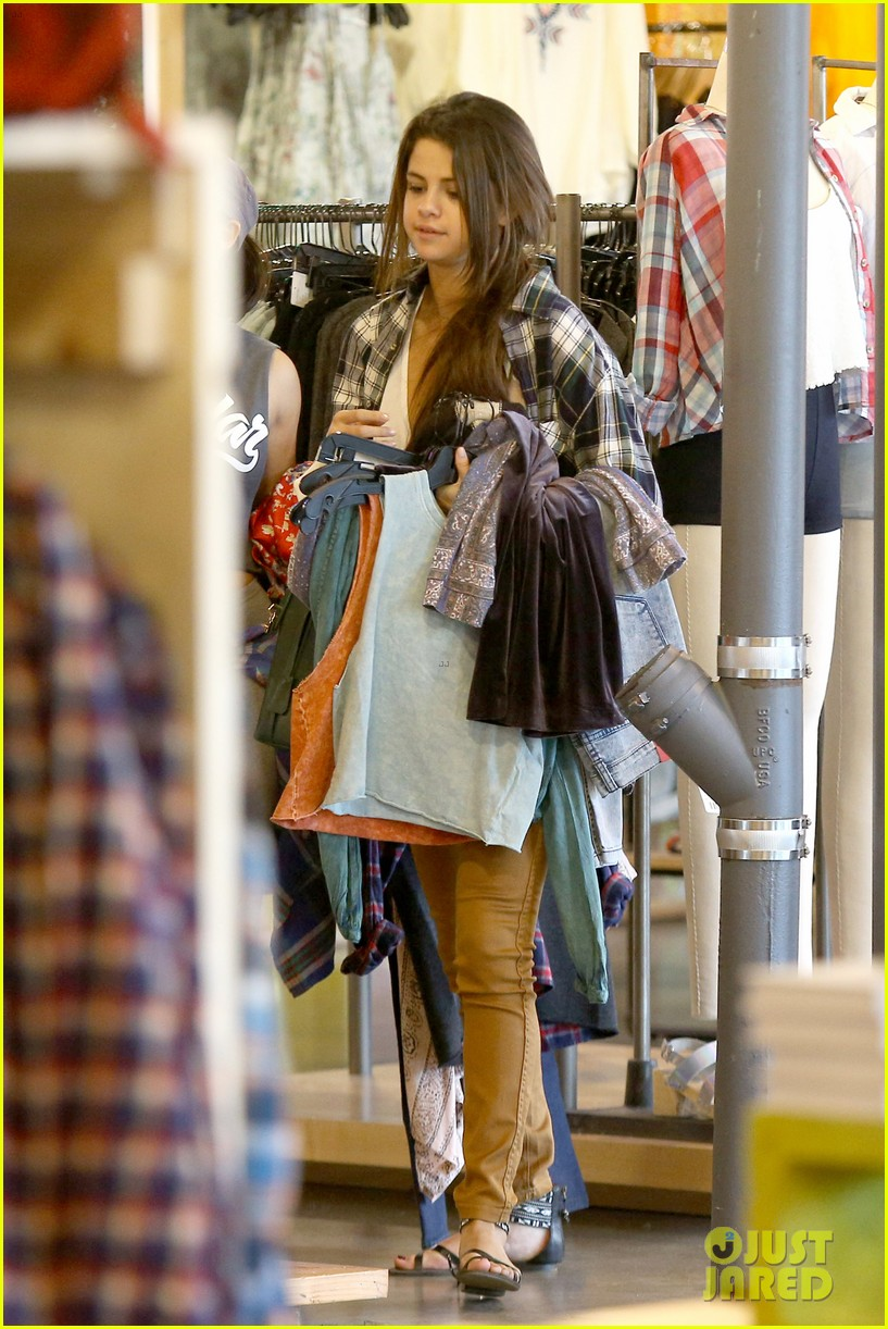 selena gomez shops before hanging out with justin bieber 17