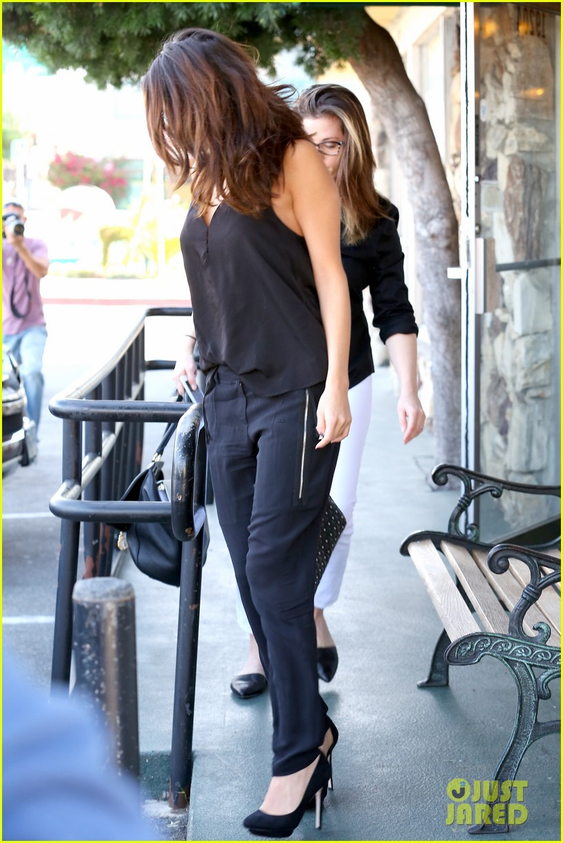 selena gomez steps out after austin mahone dating rumors 24