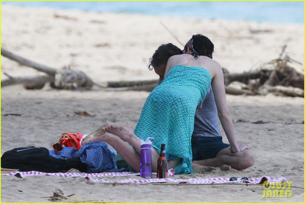 anne hathaway dons bikini top for hawaii beach stroll 143025985