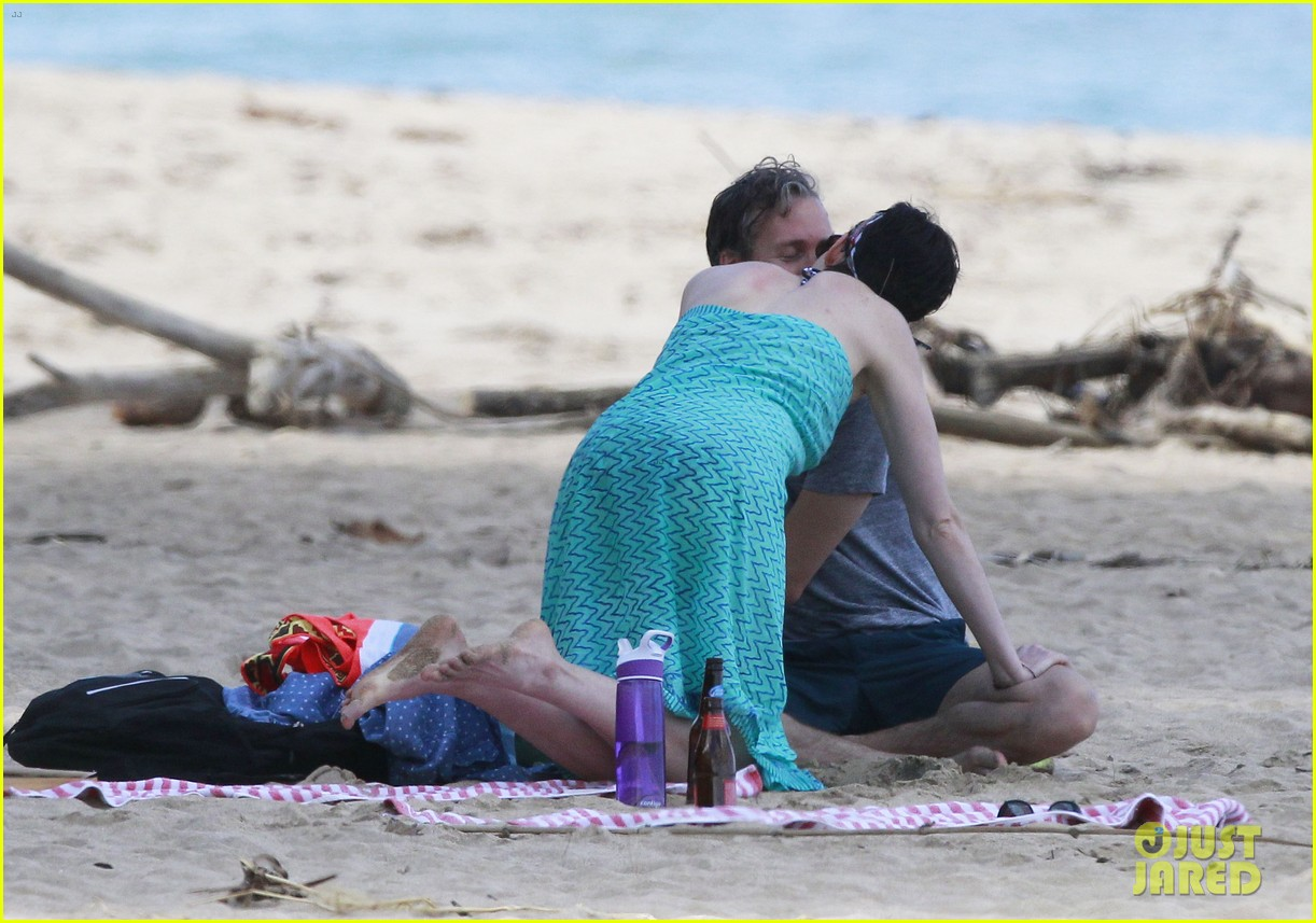 anne hathaway dons bikini top for hawaii beach stroll 15