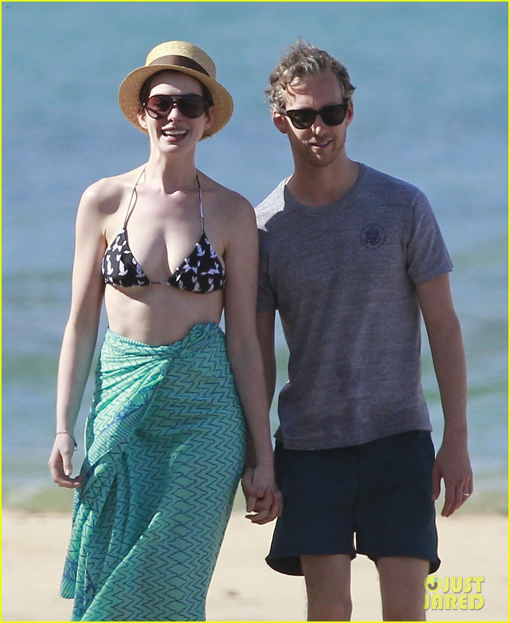 anne hathaway dons bikini top for hawaii beach stroll 24
