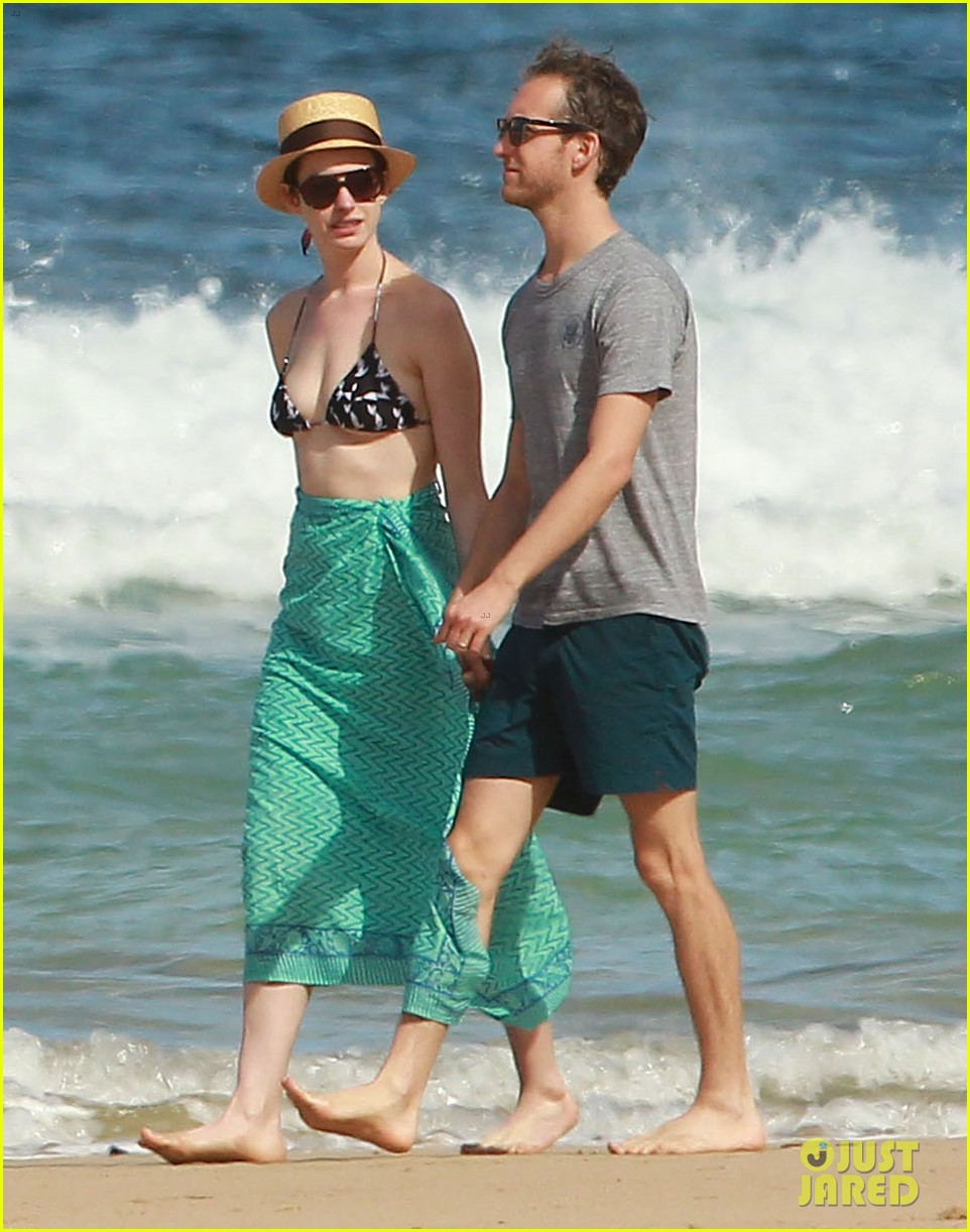anne hathaway dons bikini top for hawaii beach stroll 28