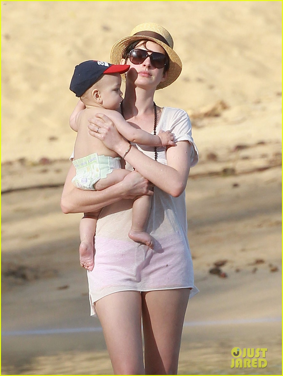 anne hathaway beachtime bliss with shirtless adam shulman 15