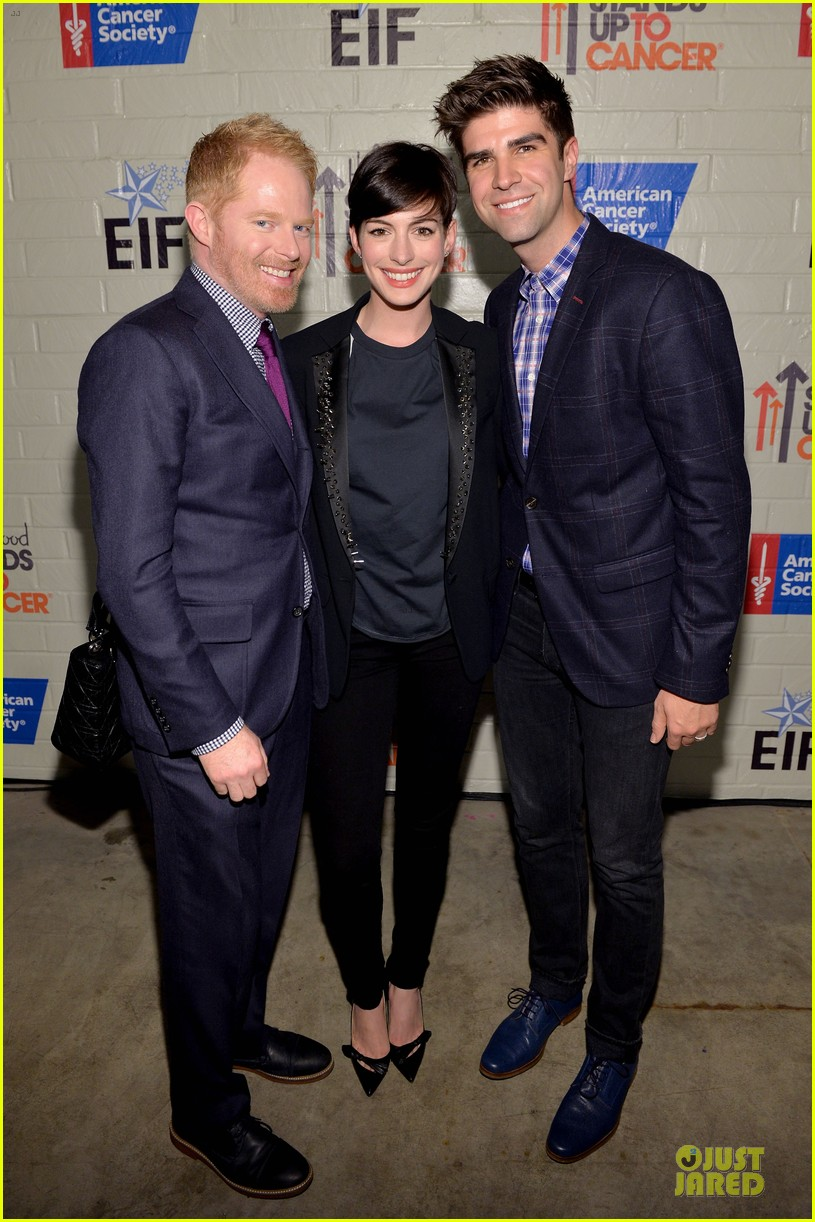 anne hathaway jesse tyler ferguson smile for stand up to cancer 01