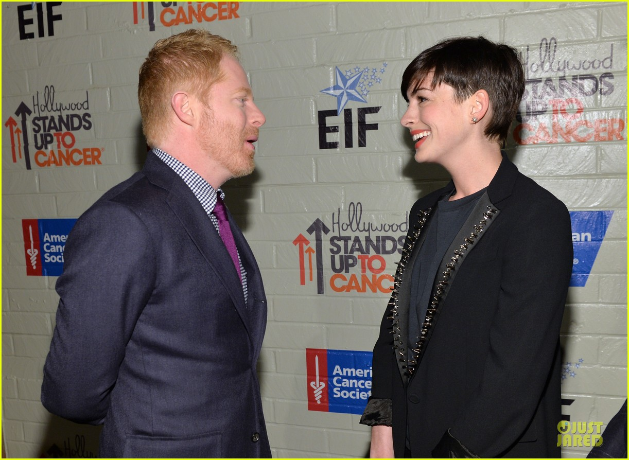 anne hathaway jesse tyler ferguson smile for stand up to cancer 19