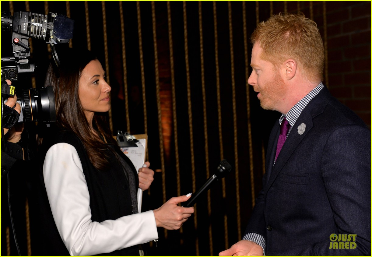 anne hathaway jesse tyler ferguson smile for stand up to cancer 20