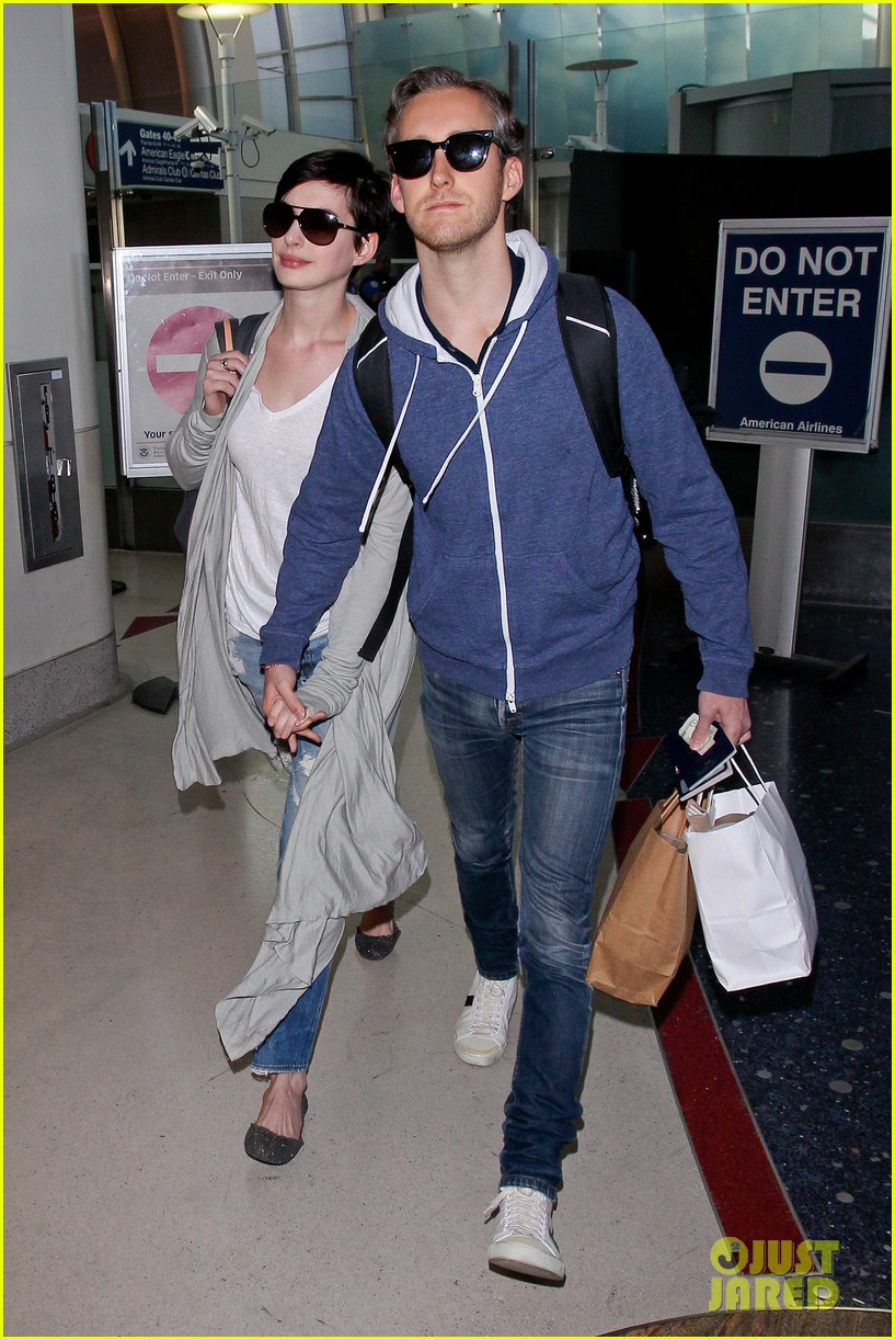 anne hathaway adam shulman escape to hawaii for romantic getaway 02