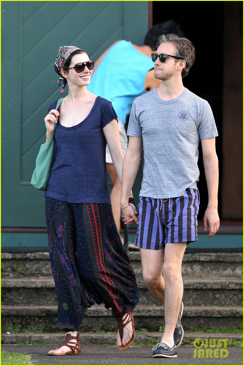 anne hathaway adam shulman escape to hawaii for romantic getaway 073023430