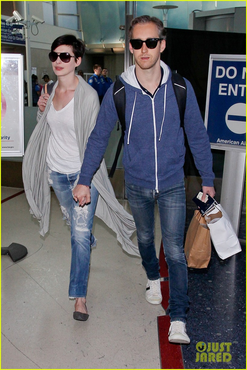 anne hathaway adam shulman escape to hawaii for romantic getaway 133023436