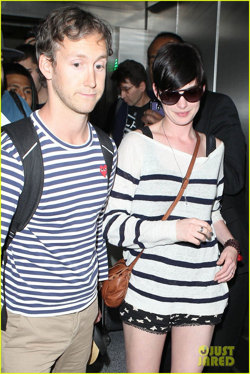 anne hathaway greets mob of fans at lax 213031932