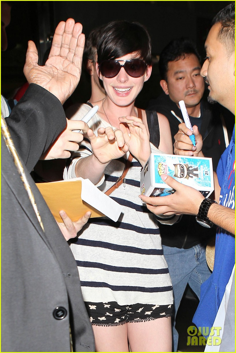 anne hathaway greets mob of fans at lax 243031935