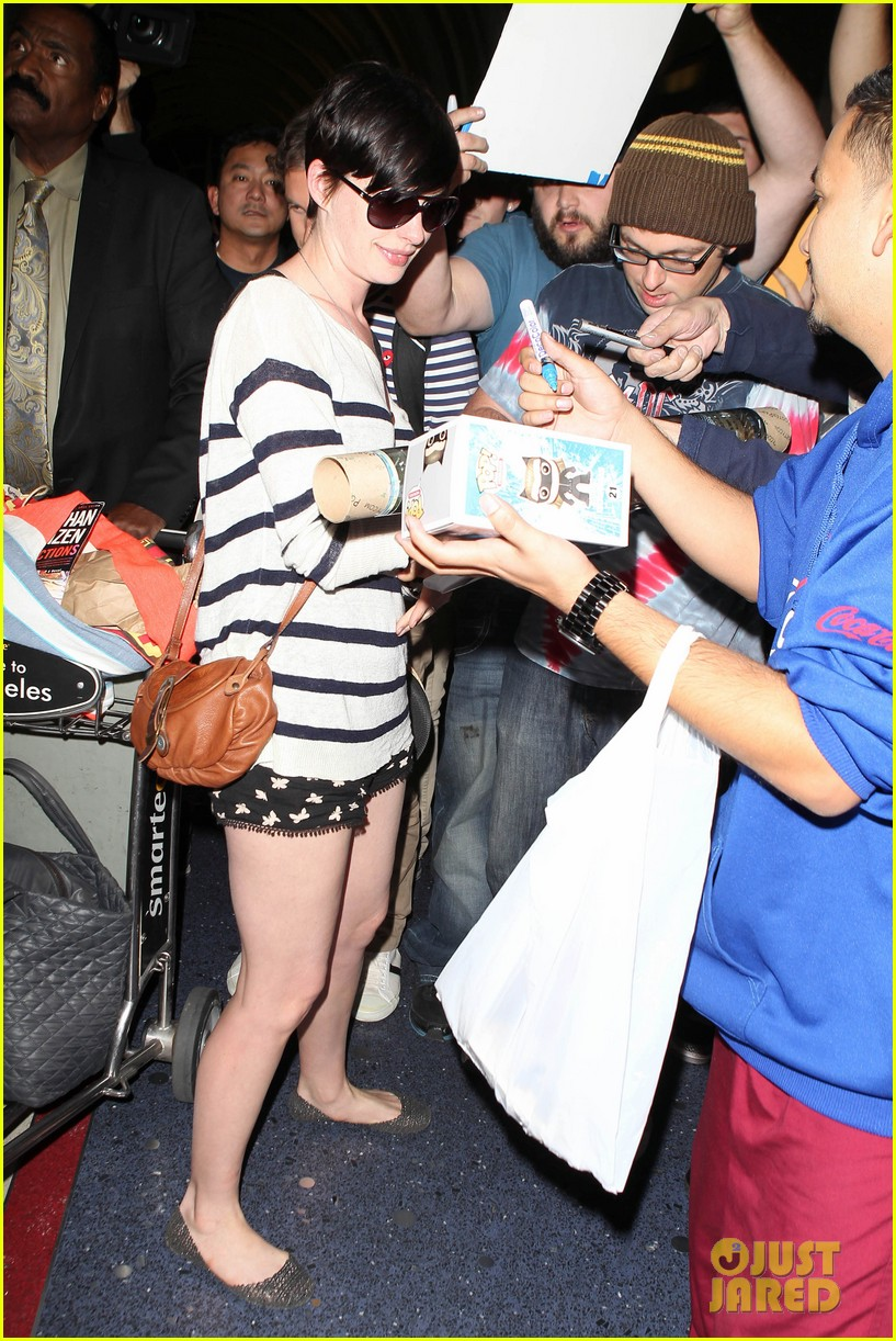 anne hathaway greets mob of fans at lax 313031942