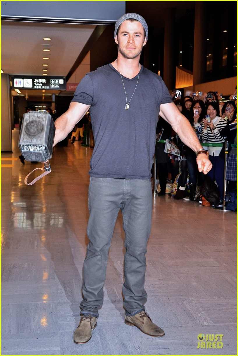 chris hemsworth carries thor hammer at narita airport 01