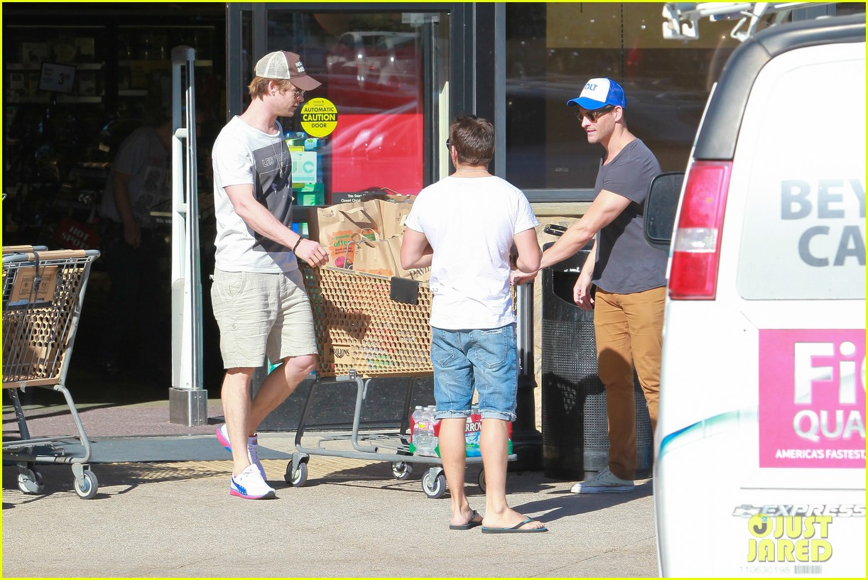 chris hemsworth pavilions grocery outing 10