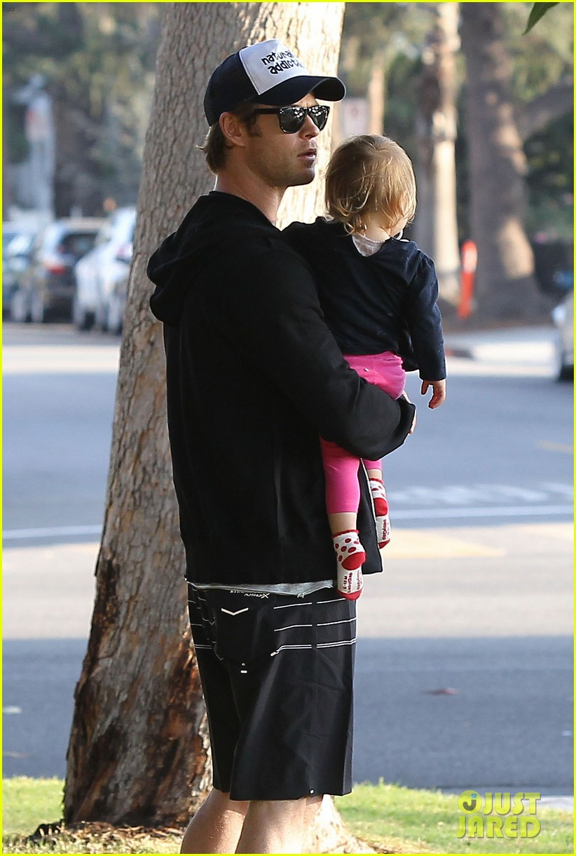 chris hemsworth santa monica errands with elsa pataky india 053026978