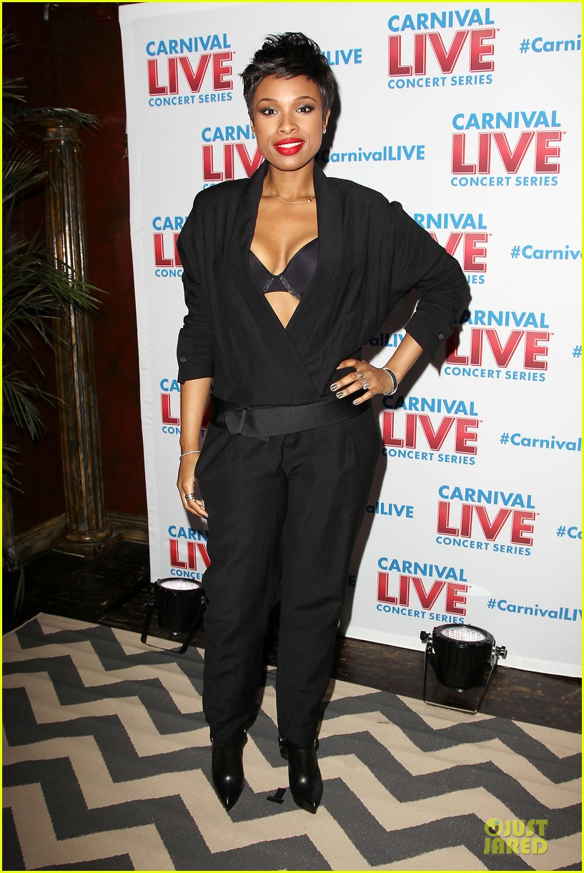 jennifer hudson flaunts black bra at carnival live performance 18