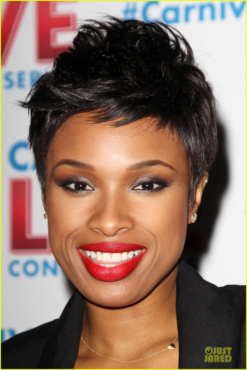 jennifer hudson flaunts black bra at carnival live performance 213037965