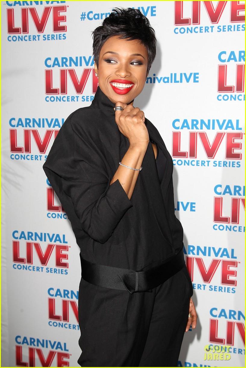 jennifer hudson flaunts black bra at carnival live performance 243037968