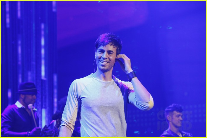 enrique iglesias pumps up the crowd on new years eve 2014 043020874