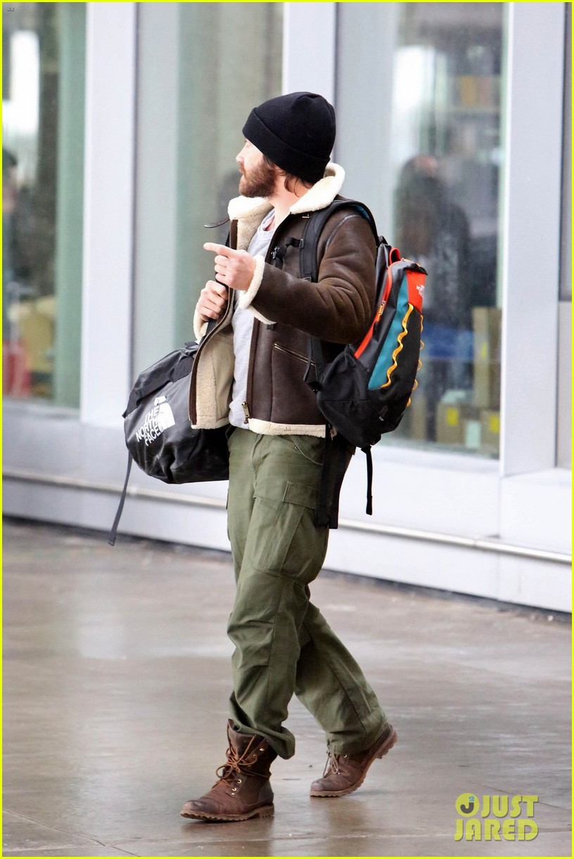 jake gyllenhaal low key arrival in toronto 05