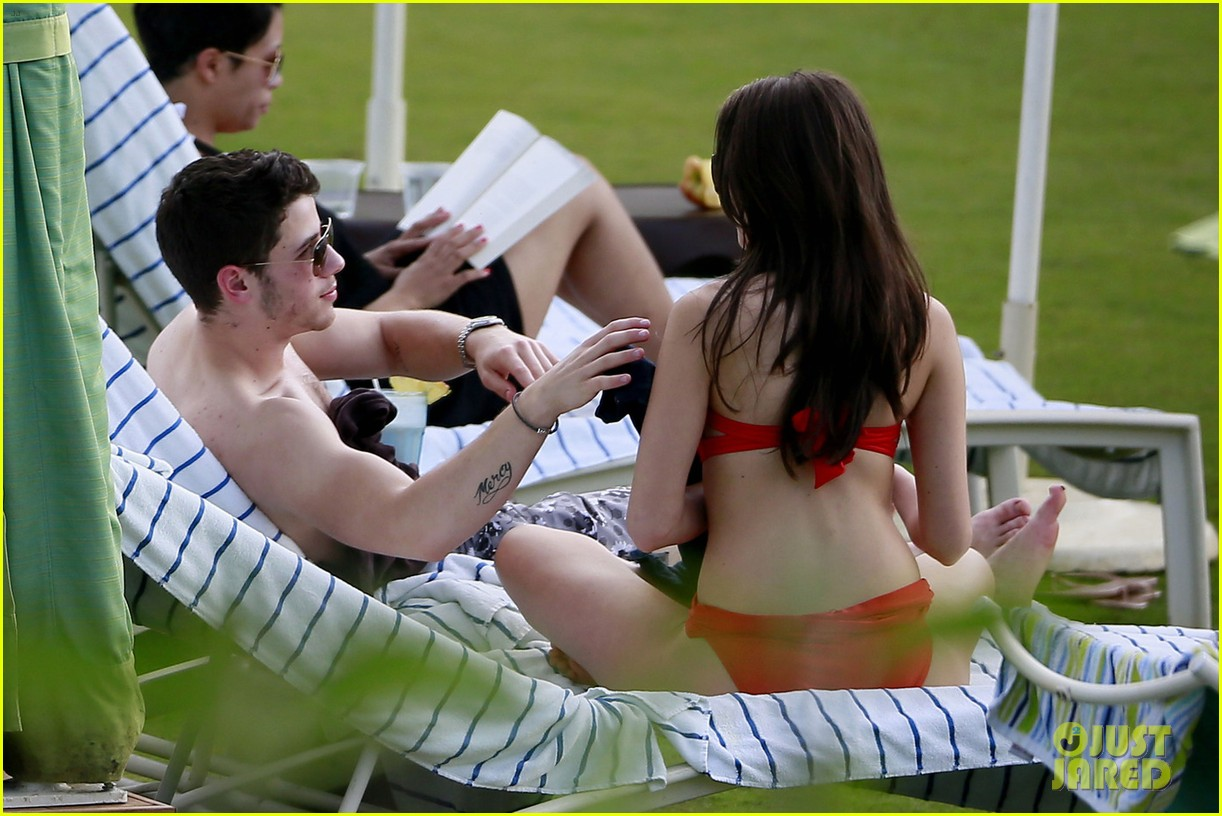 joe nick jonas shirtless beach brothers in hawaii 05