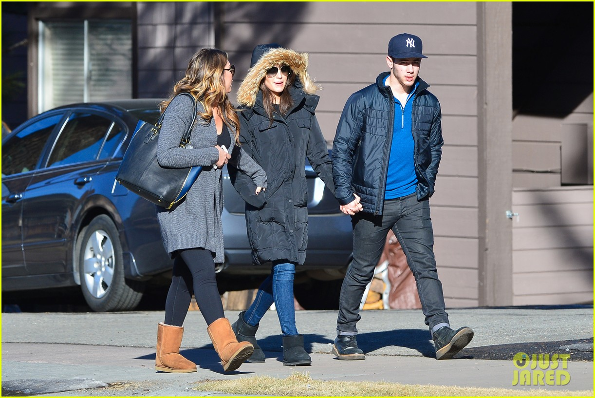 nick jonas olivia culpo hold hands in chilly mammoth 01
