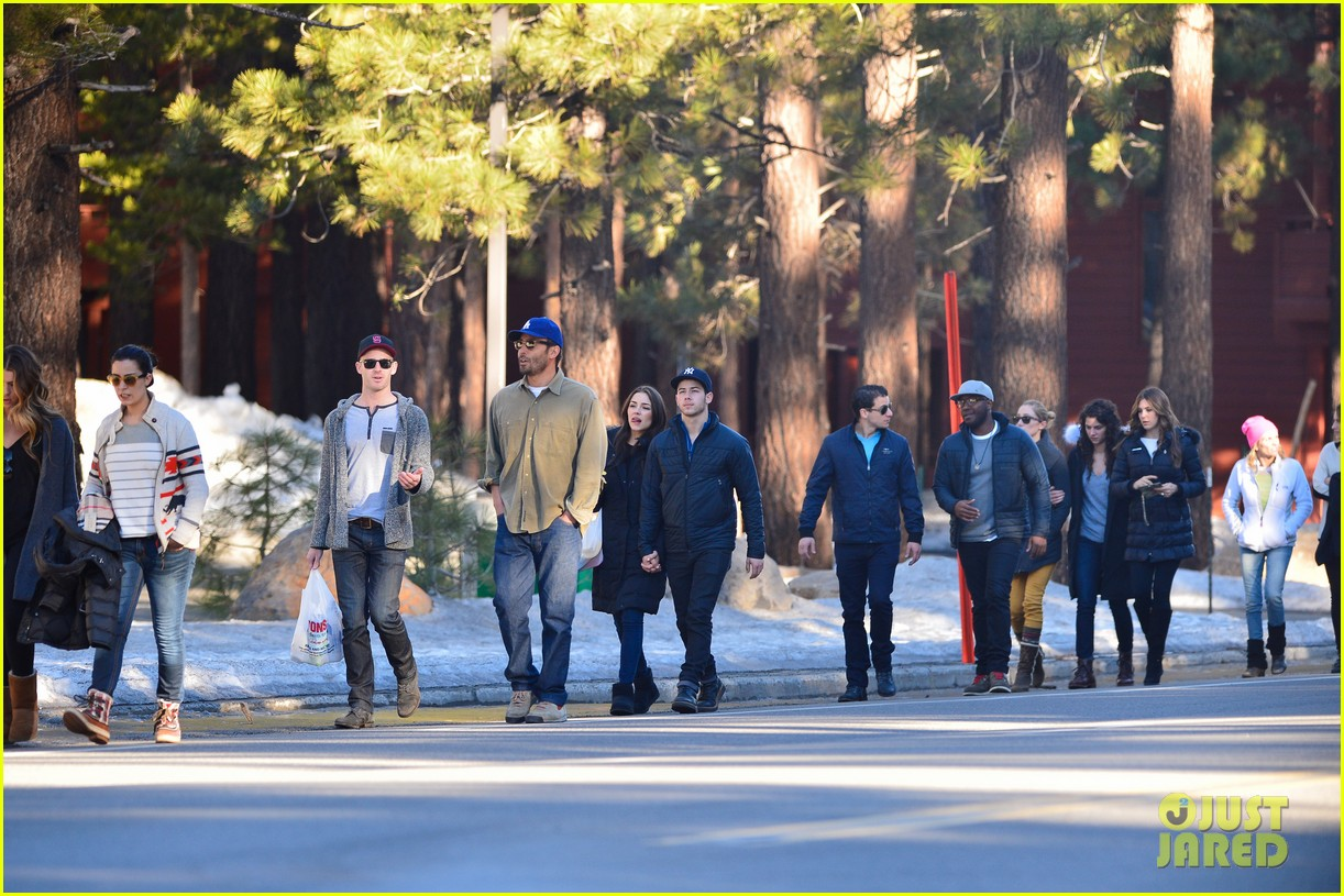 nick jonas olivia culpo hold hands in chilly mammoth 03