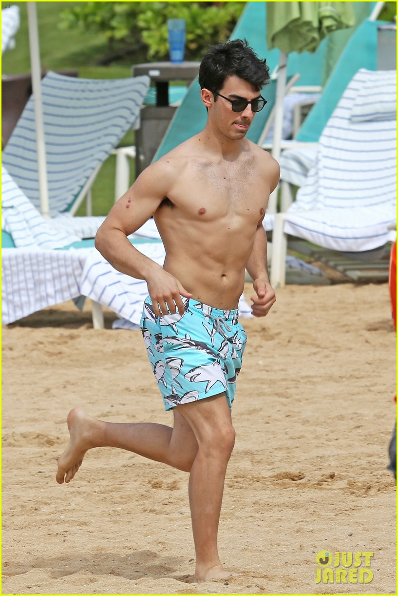 joe jonas shirtless beach frisbee player in hawaii 04