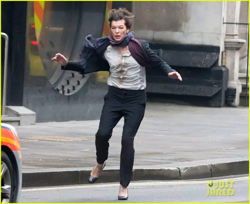milla jovovich bloody running scenes for survivor 013040063