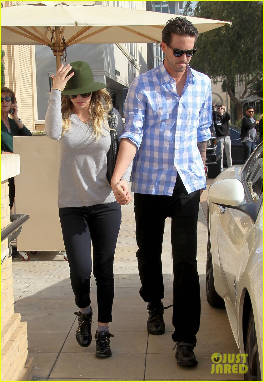 newlyweds kaley cuoco ryan sweeting shop around town 073022124