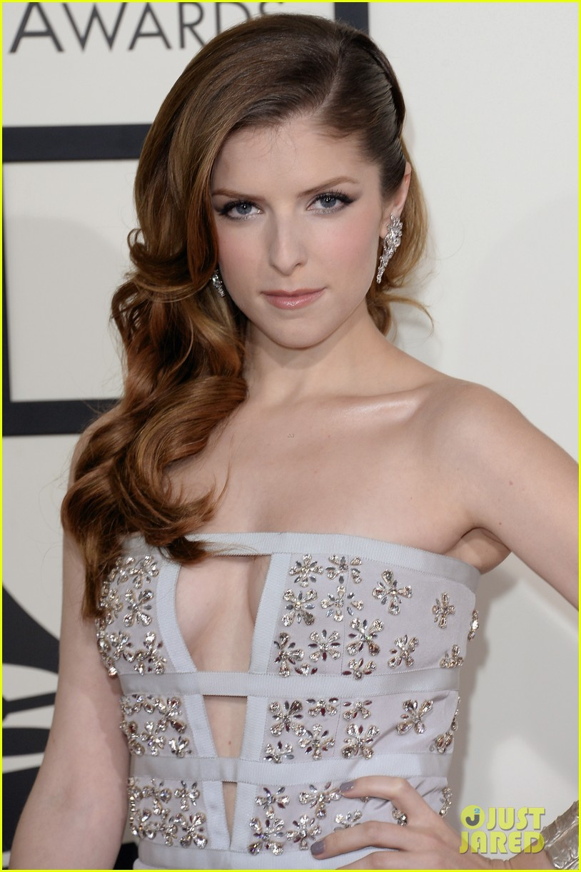 anna kendrick grammys 2014 red carpet 01