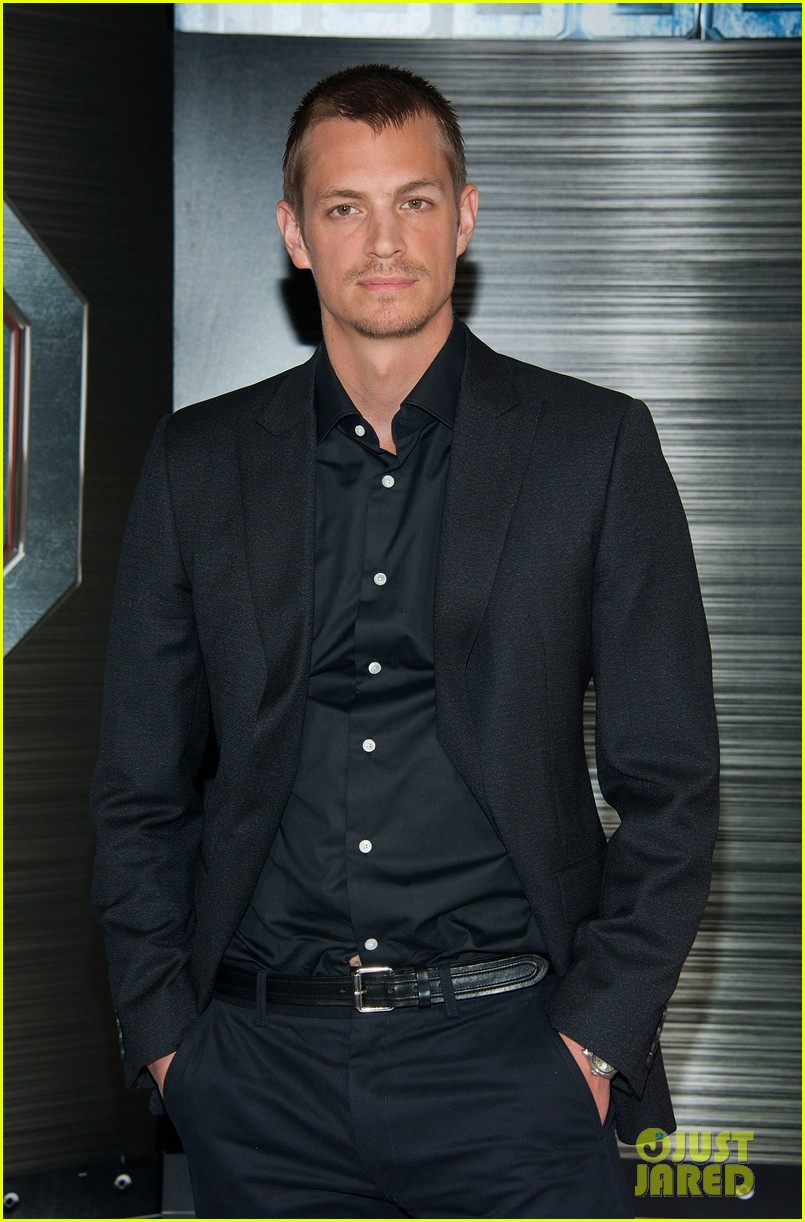 joel kinnaman abbie cornish robocop la photo call 13